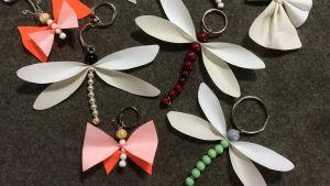 Handgjorda reflex föreställande trollsländor och fjärilar.