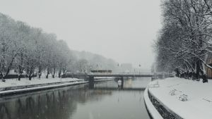 Aura å i vinterskrud.