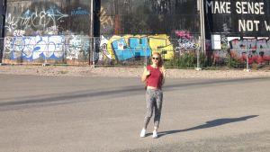 Hennariikka Laaksola nauttii kiireettömyydestä kotikaupungissaan Helsingissä.