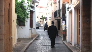Gränderna i Aegina är tystare än på länge.