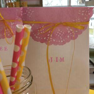 Färgat tårtpapper som dekoration på papperspåse