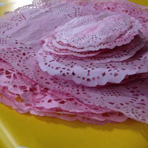 Rosa färgade tårtpapper på hög