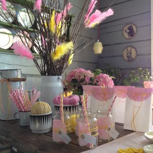 Festbord med dekorationer av färgade tårtpapper
