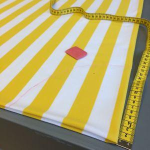 Vikt tyg, måttband och tygkrita på ett bord