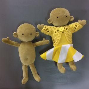 Två handsydda mjuka dockor, den ena med kläder och den andra utan.