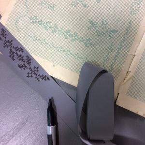 Tuschpenna, korsstygnsmönster och ritade kryss på reflextyg