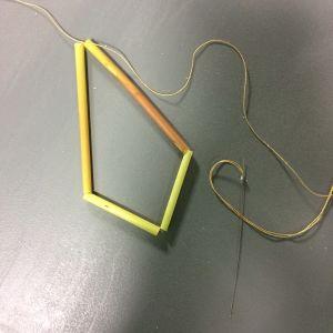 Vasstrån uppträdda på en tråd ligger på ett bord.
