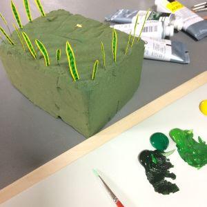 Målade blad till en svärmorstunga i miniatyr.