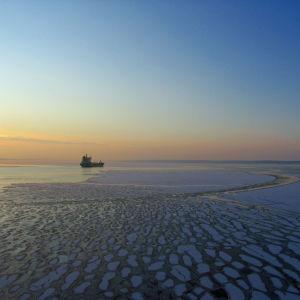Ett fartyg på ett isigt hav.