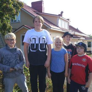 Adam, Anton, Linnéa, Kalle och Alex framför sin skola i Pernå Kyrkoby