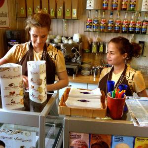 Kahvila Korte Tampereen Mustalahden satama-alueella, tiskin takana kaksi myyjää