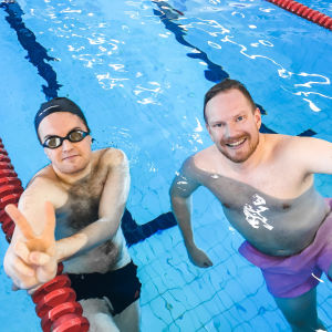 Lukas Rusk (t.v.) och Ted Urho från Yle Huvudstadsregionen i Grankulla simhalls simbassäng.