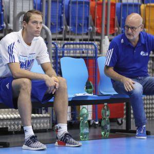 Petteri Koponen och Henrik Dettmann sitter på bänken.