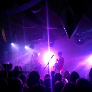 ett band spelar på en scen
