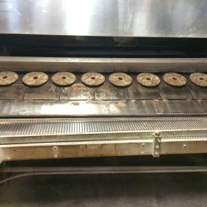 Den färdiggräddade rågbrödet kommer ur ugnen.