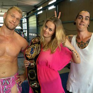 Valentine, Malin Björklund och Anton Larsson poserar i wrestlingringen