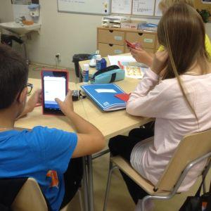 Elever i Vårberga jobbar med pekdatorer