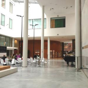 Torgaulan i Campus Allegro med café.
