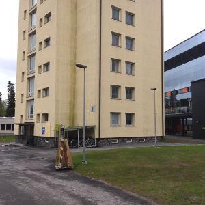 I-byggnaden är en av de åtta som ska rivas. Bakom den står den nya Y-byggnaden.