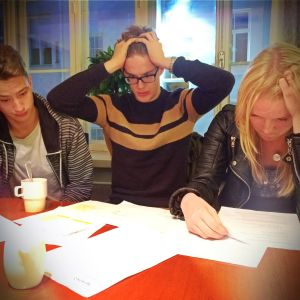 Stressade högstadie-elever läser läxor