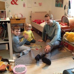 Fredrik Flink och barnen Max och Esther.