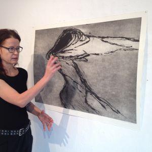 """Veronika Ringbom på nya utställningen """"Mörkerströmmar"""" på Galleri Joella i Åbo"""