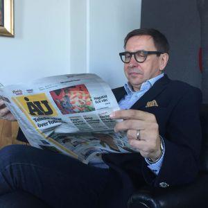 Skattmästaren Lasse Svens vid Stiftelsen för Åbo Akademi sitter och läser Åbo Underrättelser.