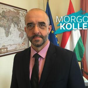 Zoltan Kovacz, talesperson för ungerska preminärministern, med svenska yles vattenstämpel Morgonkollen intill huvudet.