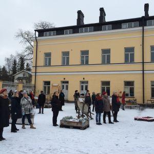 Publiken lyssnar på utlysningen av sinnesfrid vid Lappvikens sjukhus