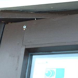 Skruv har dragits genom dörr och dörrkarm.