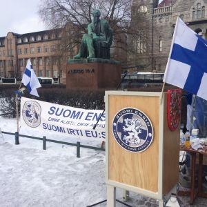Suomi Ensin-demonstrationen på Järnvägstorger i Helsingfors