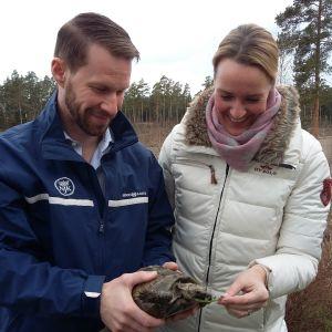 Husse och matte Jacob Granqvist och Daniela Andersson med 70-åriga sköldpaddan Sköldis