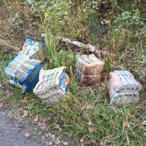 Dumpade reklamblad längs en skogsväg i Kvevlax i Korsholm.
