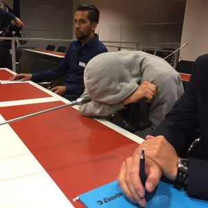 En av de häktade för knivattacken i Åbo 2017 i tingsrätten.