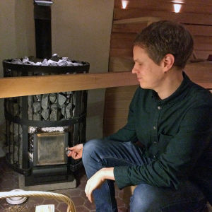 Antti Vainio stänger bastu-ugnens lucka.