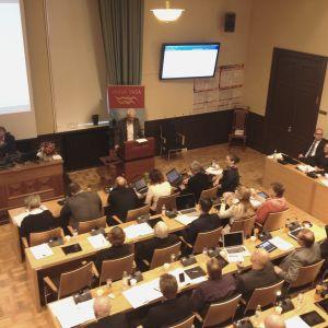 Per Hellman (SDP) i talarstolen under Vasa stadsfullmäktiges budgetbehandling för 2016.