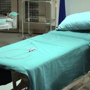 En säng på endoskopiavdelningen på Malms sjukhus.