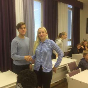 Ungdomsparlamentets nya ordförande Richard Simola och tidigare ordförande Peppi Wilson