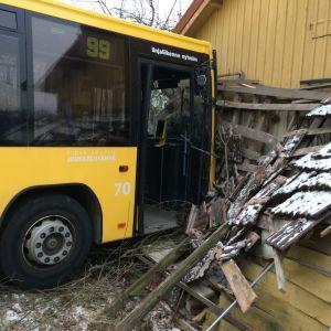 Buss har kört in i en vägg i samband med olycka.