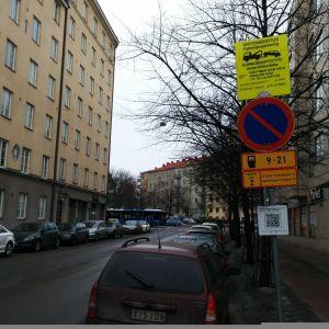 Trafikmärke som visar att gatan ska sopas.