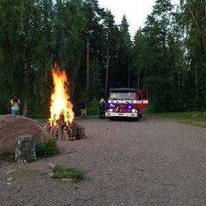 Anton Larsson och Malin Björklund prövar på brandsläckning med Lovisa FBK,