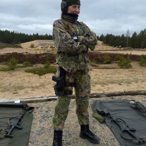 Militärpolis Laura Ylén står på en skjutbana.