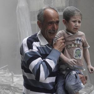 Syyrialaiset aktivistit, ja tavalliset ihmiset kuvaavat sekä kertovat elämästään pommitusten keskellä.