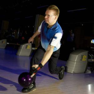 Kimmo Lehtonen kastar iväg ett bowlingklot.