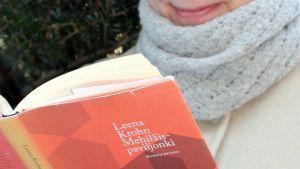 Bloggaaja lukee kirjaa