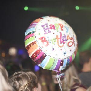 Happy birthday-ballong bland publik