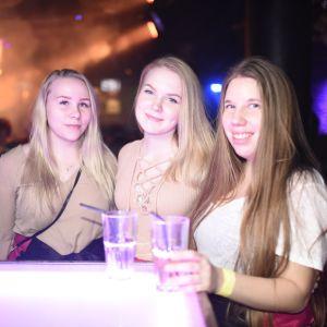 Tre tjejer bland publiken på Börs nightclub på Glöggrundan i Åbo 2017