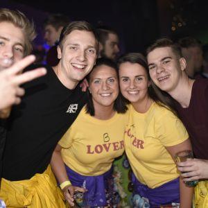 Fyra studerande poserar bland publiken på Börs nightclub på Glöggrundan i Åbo 2017