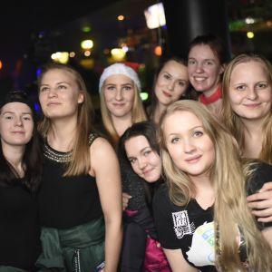 Studerande poserar bland publiken på Börs nightclub på Glöggrundan i Åbo 2017