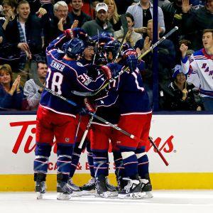 Columbusspelarna firar Zach Werenskis mål.